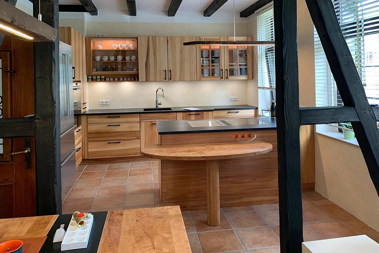 Vollholzküche Birnbaum montiert von Firma Königs Küchen