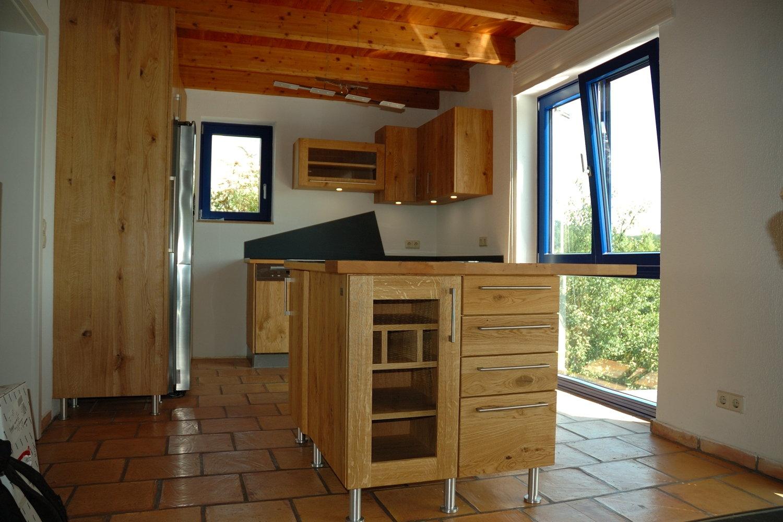 Massivholzküche aus wild gemasertem Holz