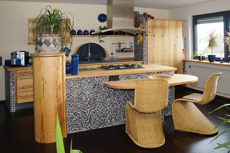 Gemauerte Massivholzküche mit Säulenschrank