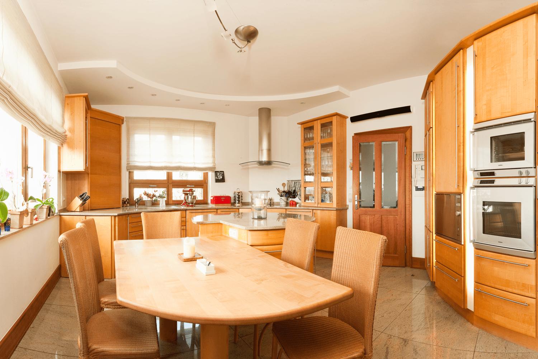 Vollholzküche mit runder Insel
