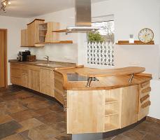 freigeformte Massivholzküche
