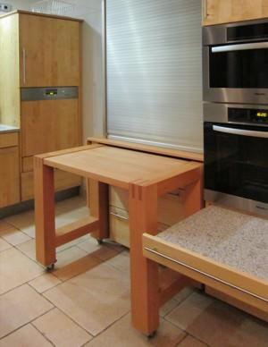 Individuelle gefertigte Massivholzküchen ermöglichen auf Maß gefertigte Lösungen um den Stauraum und die Abstellfläche zu optimieren