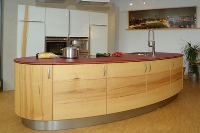 runde Kücheninsel in Kernahorn mit Glasarbeitsplatte