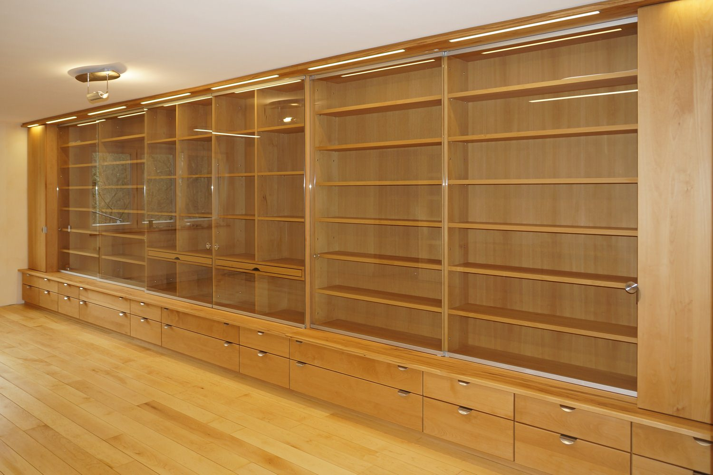 Großer Schrank als Büromöbel aus Massivholz