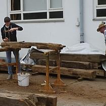 Altholzmöbel benötigen viel Vorarbeit. Sind die Altholzbalken erst mal bei uns werden Sie zuerst entnagelt