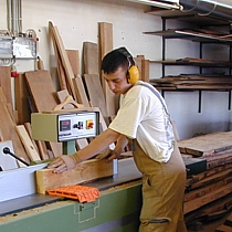 Pfister Möbelwerkstatt ist ein begehrter Ausbildungsbetrieb.Auszublidender Sebastian an der Hobelmaschine.