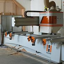 Präzise werden die Möbelteile auf unserer CNC Maschine bearbeitet