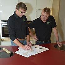 Detailbesprechung in der Küchenausstellung von Pfister Möbelwerkstatt
