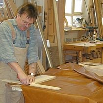 Leder und viele andere Werkstoffe werden bei Pfister Möbelwerkstatt zu individuellen Möbel verarbeitet