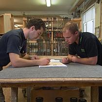 Pfister Möbelwerkstatt Teambesprechung bei der Massivholzküchenproduktion