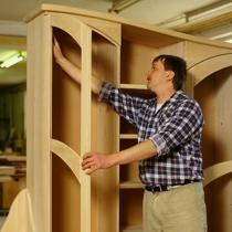 Pfister Möbelwerkstatt Qualitätskontrolle durch Uwe