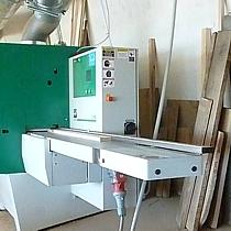 Pfister-Vollholzküchen Vollholzbearbeitung mit Maschinen die alle vier Seiten der Holzteile in einem Arbeitsgang hobeln